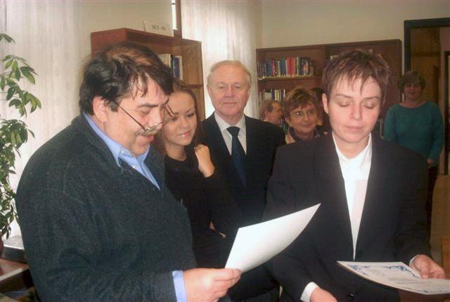 Otokar Löbl überreicht das Buch der Bibliothekarin