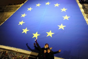 Junge Tschechen feiern im Neuen Jahr 2009 den Beginn der tschechischen EU-Ratspräsidentschaft (Foto: AFP)