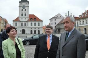 Bürgermeisterin Hamousova, Bernd Posselt, Staatsminister Spaenle auf dem Saazer Marktplatz