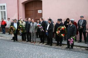 před synagogou