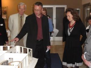 Jan Šicha erläutert in Brünn das Außiger Ausstellungsmodell; rechts Museumsdirektorin Blanka Mouralová