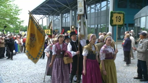 Sudetendeutsche in Tracht vor der Augsburger Schwabenhalle (Foto: Bayerischer Rundfunk)