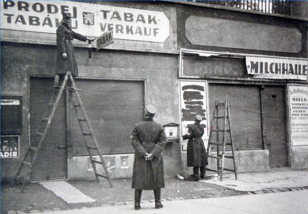 Beseitigung tschechischer Geschäftsnamen in Teplitz-Schönau 1938 (Foto: Regionalmuseum Teplice)